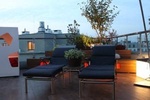 Inteligentne oświetlenie LED na tarasie dachu apartamentowca.